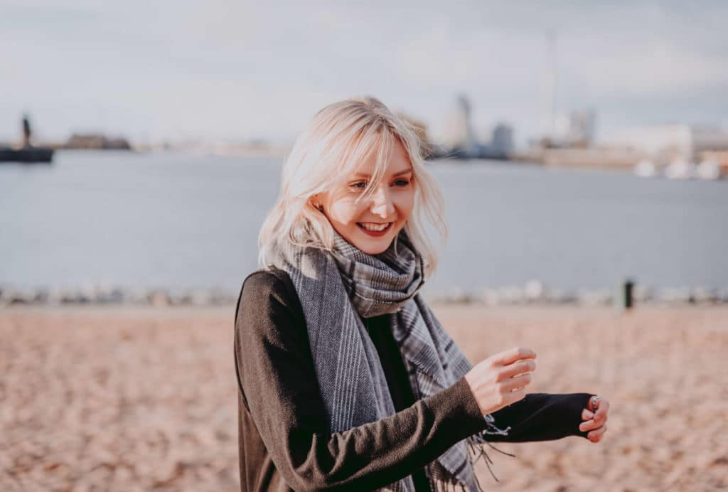 8 Gründe warum ich niemals in die Essstörung zurück möchteEssstoerung_lebensleichter ist glücklich am Strand und strahlt über das ganze Gesicht